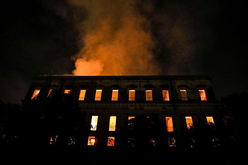 O Museu Nacional em chamas na noite de 2 de setembro [Foto: Agência Brasil / Tânia Rego]