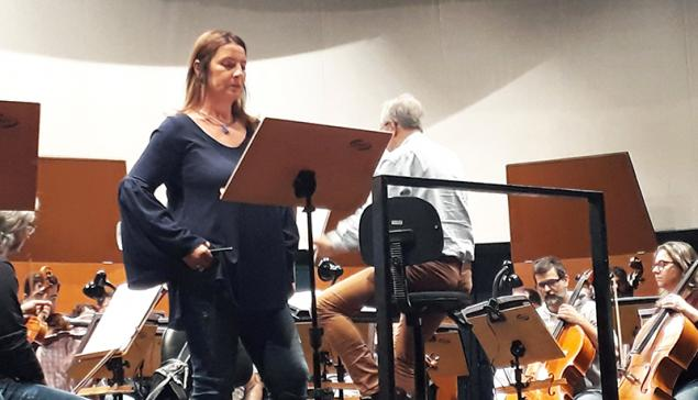 Maria Pia Piscitelli em ensaio com Orquestra Sinfônica de Santo André [Divulgação / Paulo Esper]