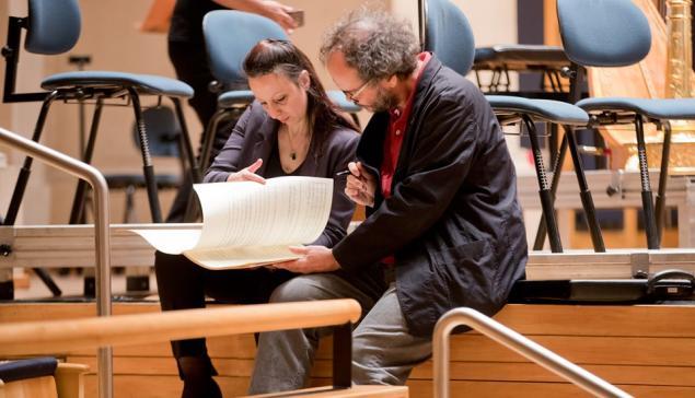 A maestrina Valentina Peleggi e o compositor Flo Menezes durante ensaio na Sala São Paulo [Divulgação]